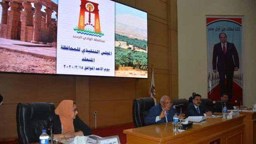محافظ الوادي الجديد يستعرض إجراءات مواجهة كورونا - المحافظات -