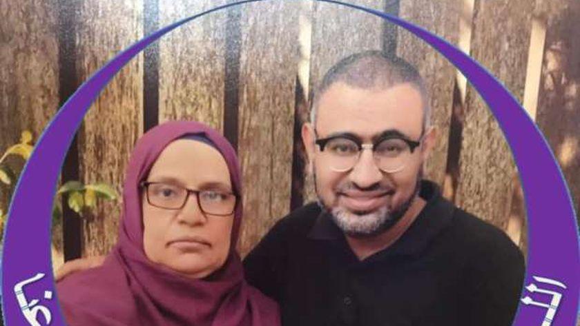 الدكتور وليد مع امه