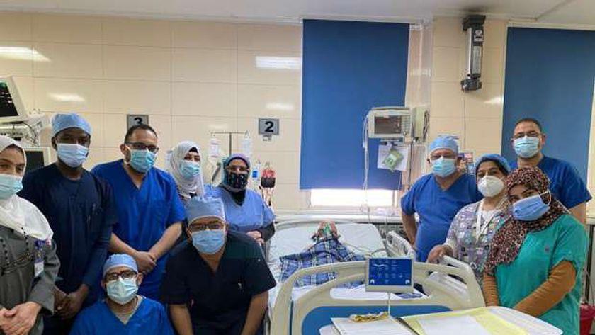 الفريق الطبي أثناء إجراء الجراحة للطفلة