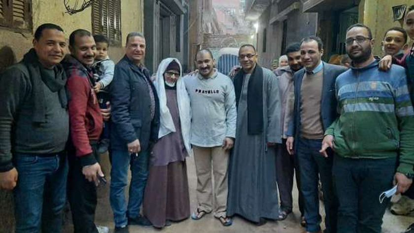 احمد يتوسط أسرته وأقاربه