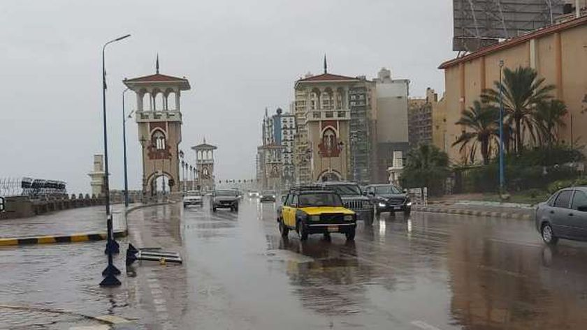 أمطار غزيرة أغرقت شوارع محافظة الإسكندرية