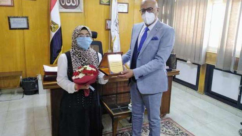 وكيل وزارة الصحة ببني سويف يكرم ابنة الطبيبة شهيدة كورونا