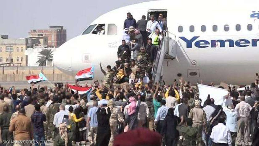 لحظة وصول الحكومة اليمنية إلى مطار عدن