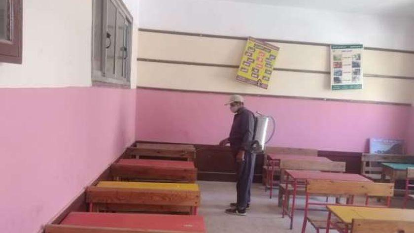 رش وتعقيم المدارس استعدادا لامتحانات الشهادة الاعدادية والدبلومات بكفر الشيخ