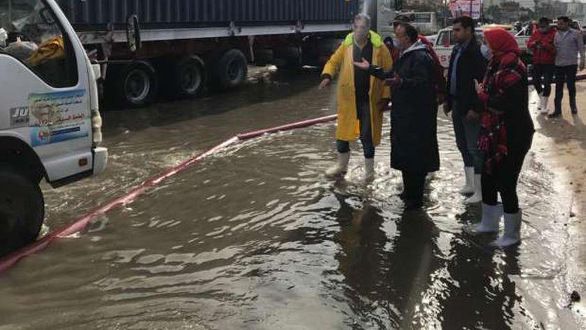 محافظ الإسكندرية يتابع سحب مياه الأمطار
