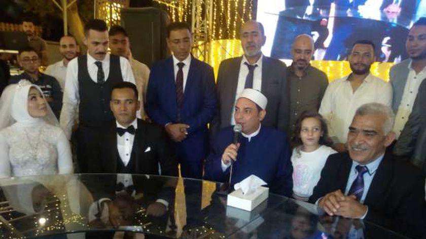 الشيخ سعيد أثناء عقد قران ابنة نقيب المأذونين