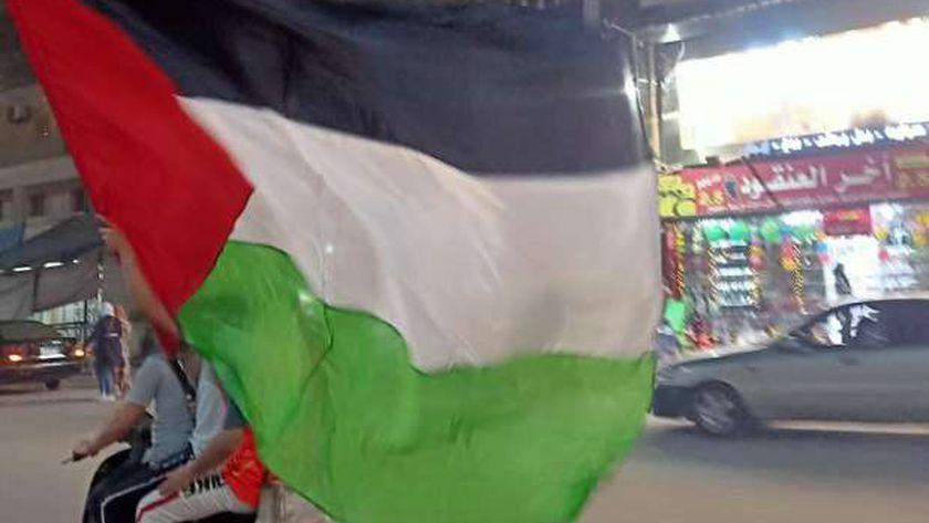 """أنا أهلي فلسطيني"""" اغاني وطنيه يروجها شاب يستقل دراجه ناريةبالمحلة"""
