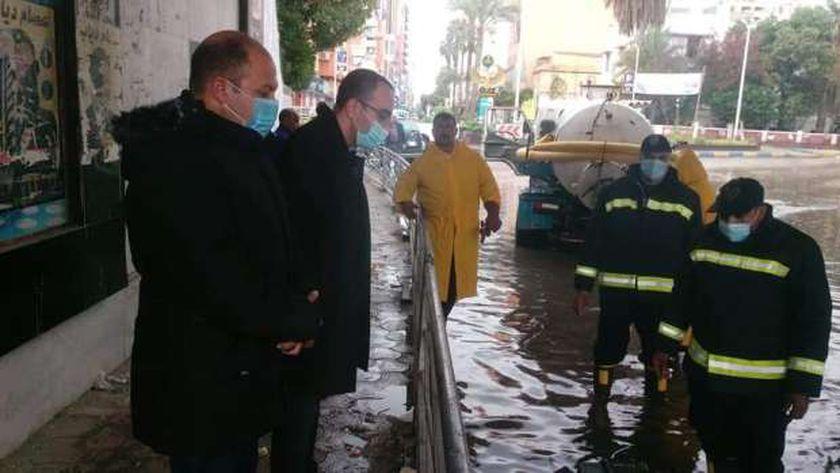 نائب محافظ الإسماعيلية يتفقد رفع المياه من الشوارع