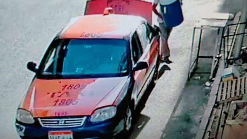 سائق تاكسي بالغردقة أثناء سرقته كولمن مياه