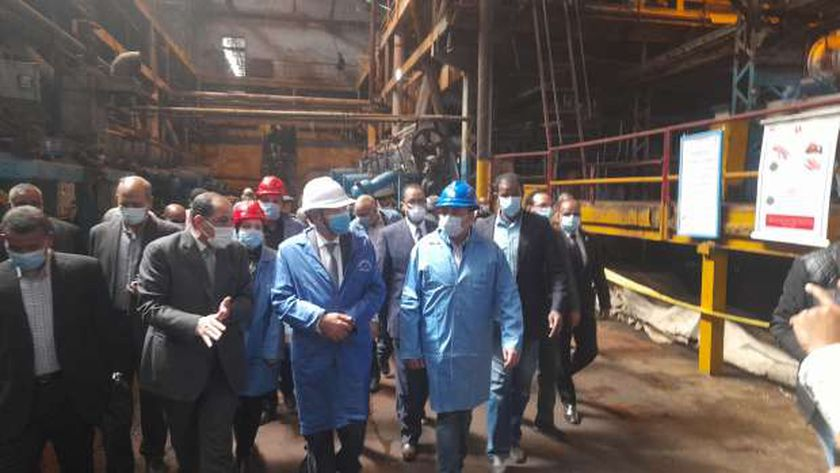 وزير التموين يستهل جولته بأسوان بتفقد مصنع سكر إدفو