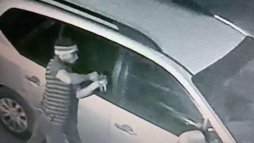 صورة ارشيفية  لمتهم يحاول السرقة