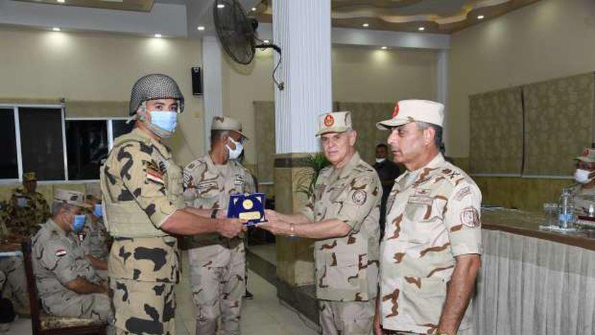 رئيس أركان حرب القوات المسلحة يتفقد الحالة الأمنية بشمال سيناء (فيديو)