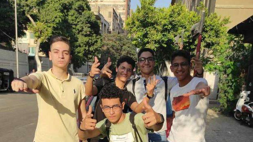 عبداللطيف مع زملائه بعد إشاعة أنه الطالب المنتحر