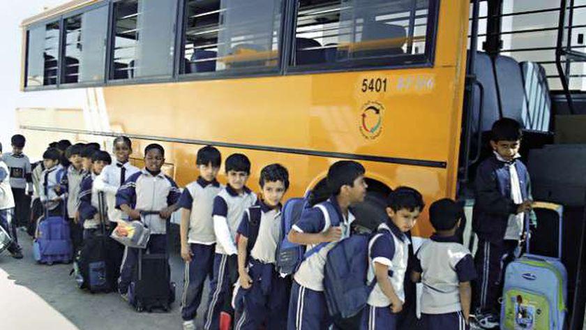صورة أرشيفية لطلاب أثناء ركوب باص المدرسة