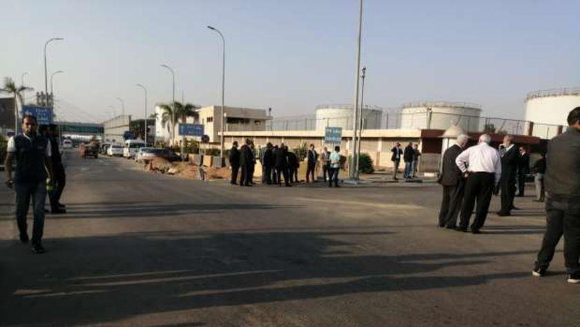 أسرة ومحبو فريد خميس يتوافدون على مطار القاهرة الدولي لاستقبال الجثمان