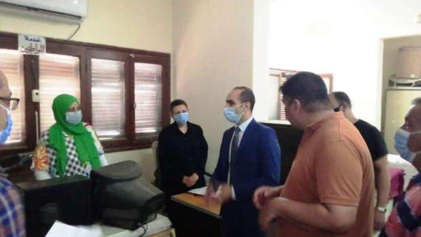 نائب محافظ سوهاج يتفقد سير العمل بإدارة خدمة المواطنين بحي شرق سوهاج
