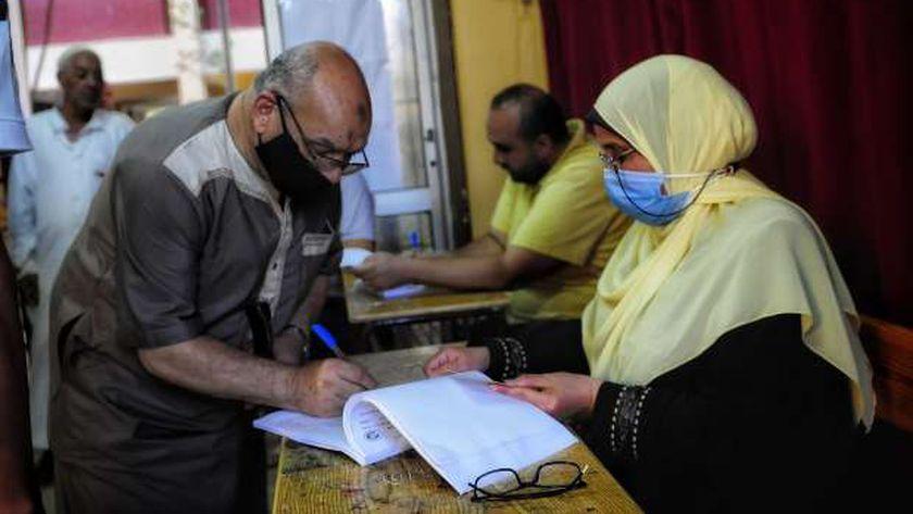 كبار السن يتصدرون المشهد فى الإسكندرية