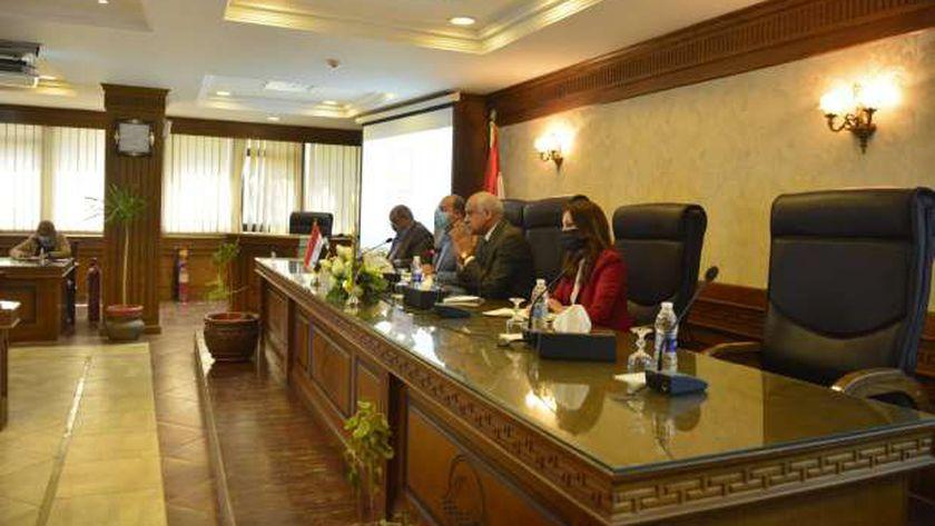 خلال اجتماع محافظ الجيزة مع رؤساء المراكز والمدن لمناقشه تحسين الخدمات المقدمه للمواطنين