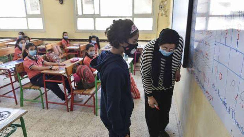 طلاب المدارس يلتزمون بارتداء الكمامات الطبية للوقاية من كورونا خلال الفصل الدراسي الاول