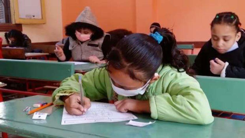 طلاب الصف الرابع الابتدائي يؤدون الامتحان المجمع وسط إجراءات كورونا