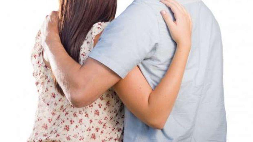 عندما يبكي الرجل بين أحضان زوجته