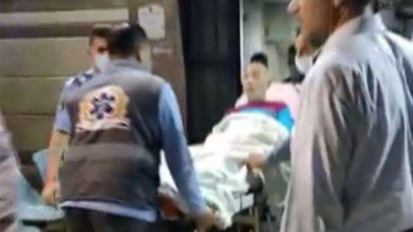 الفنان شريف دسوقي أثناء نقله إلى مستشفى دار الشفاء