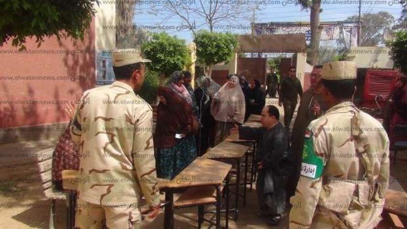 تأمين رجال الجيش والشرطة لأحد اللجان الإنتخابية