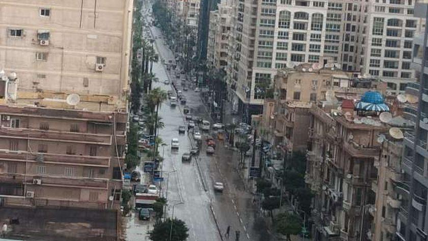 """السير عكس الاتجاه بشارع طريق الحرية """"ابو قير"""" في الإسكندرية بسبب تجمعات المياه"""
