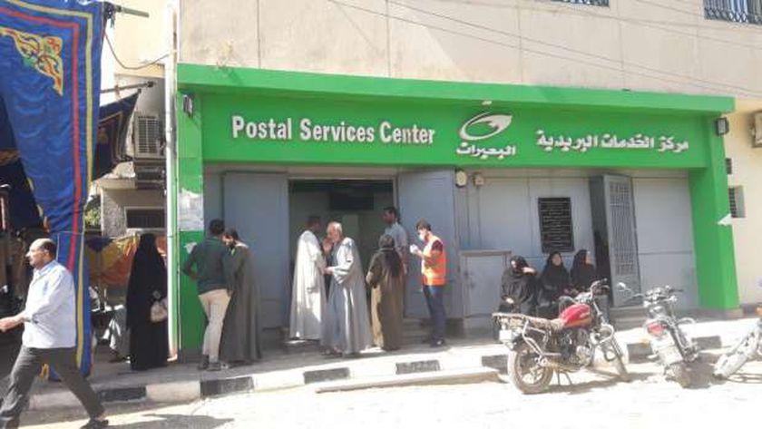 مكتب بريد البعيرات غرب الأقصر أثناء عملية صرف المعاشات