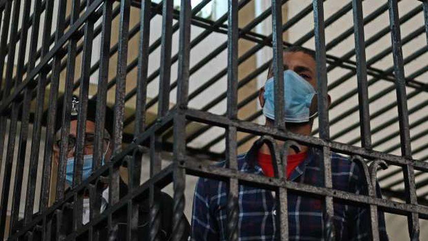 المتهم داخل قفص الاتهام بمحكمة الإسكندرية