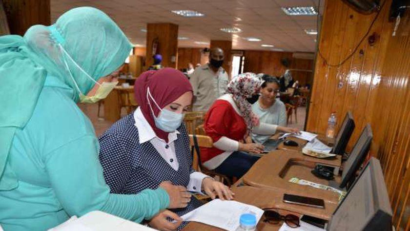 طالبات أثناء تسجيل رغباتهن فى أحد معامل التنسيق
