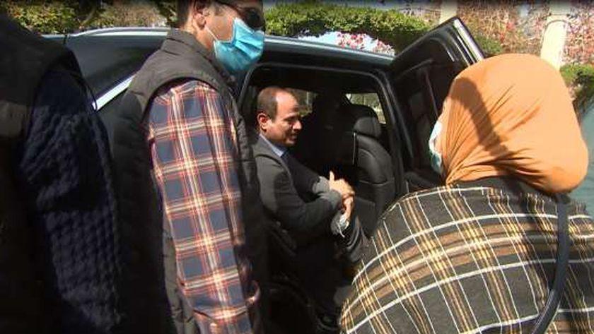 الرئيس السيسي يلتقي مواطنة