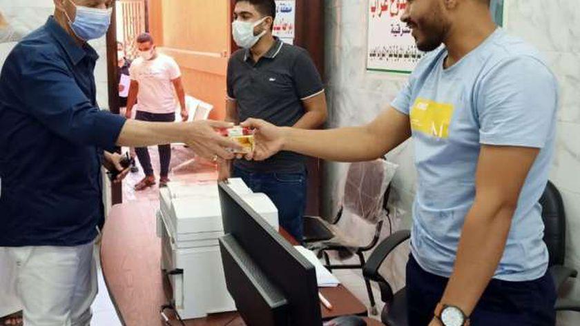 وكيل صحة الشرقية يقدم الحلوي لفرق تطعيم لقاح كورونا إحتفالا بالعيد