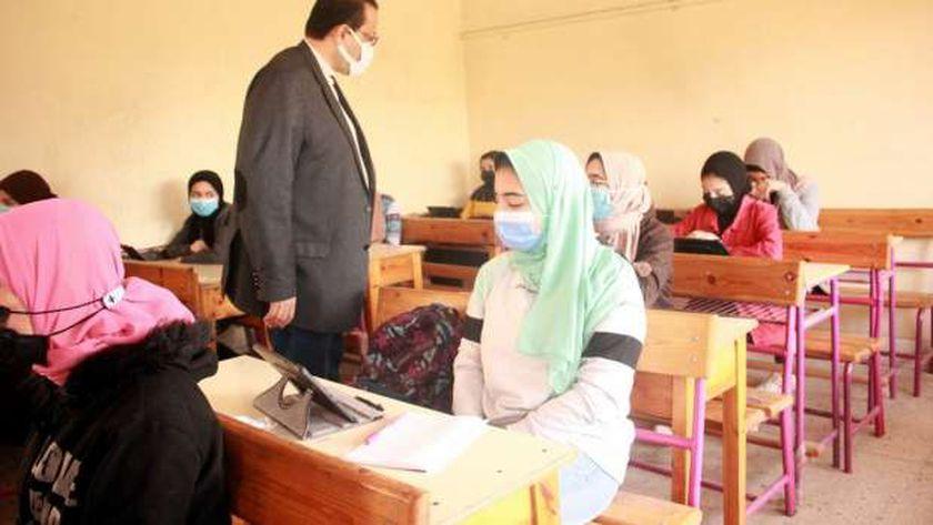 الطلاب يرتدون الكمامات الطبية داخل الفصول الدراسية لمواجهة كورونا