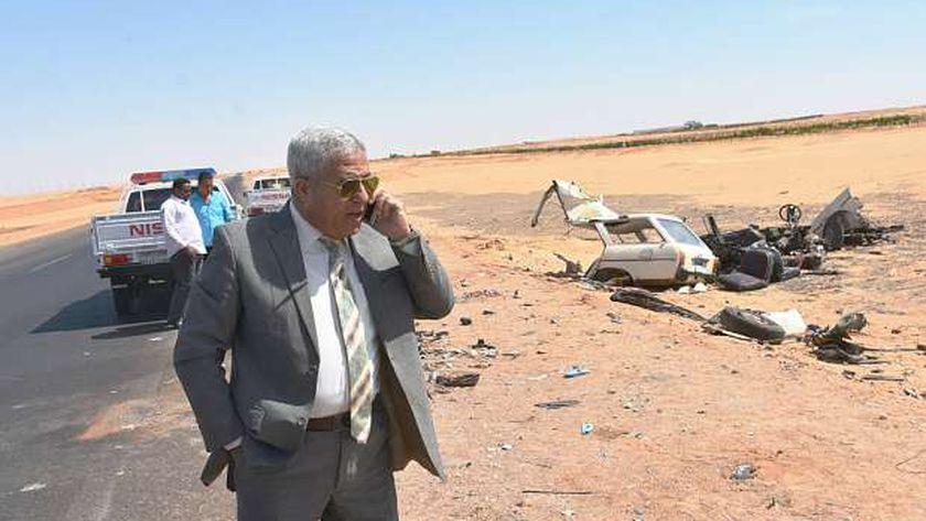 محافظ أسوان بموقع حادث الصحراوي