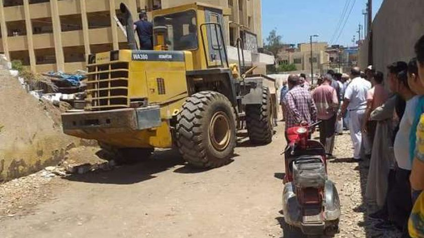 بالصور..إزالة ١٦حالة تعدي بالمهد علي أراضي وأملاك الدولة بقري الغربية
