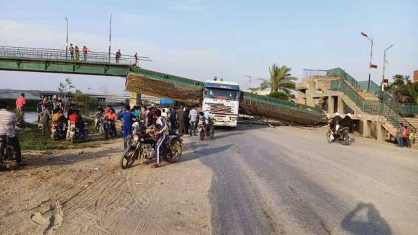 صور.. سيارة نقل تُسقط كوبري مشاة في الشرقية