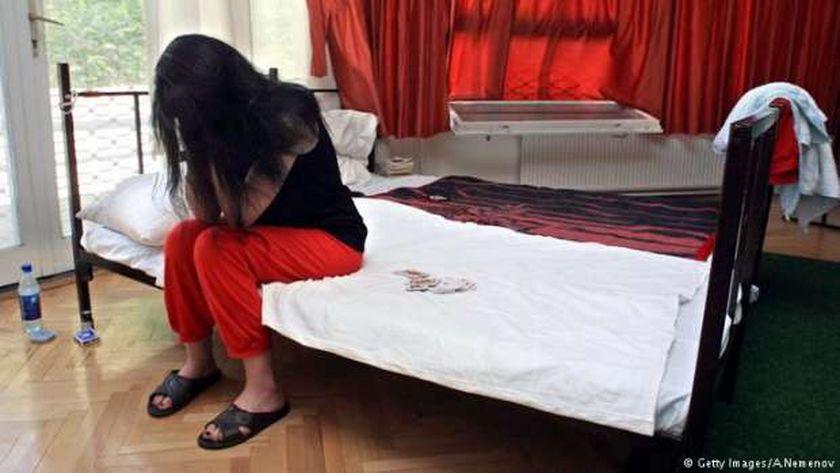 صورة القصة الكاملة لضبط مدرب كاراتيه عرض زوجته على الرجال: الليلة بـ 3 آلاف جنيه – حوادث
