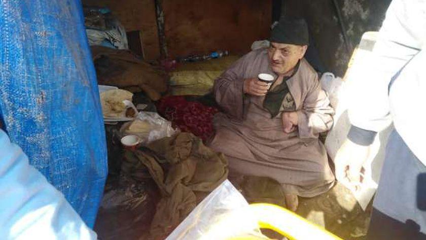 محمد صالح مسن يعيش في الشارع