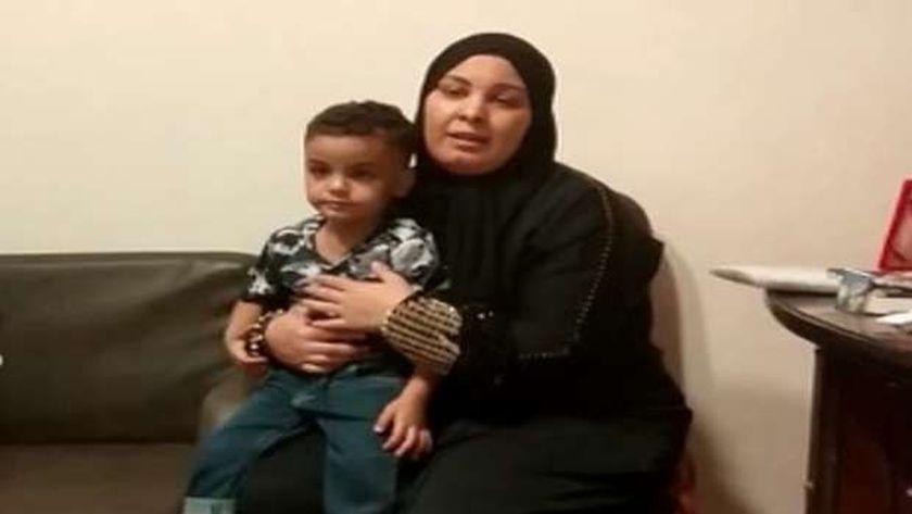 الطفل مع والدته