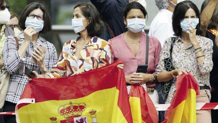 مواطنون إسبان يلتزمون بارتداء الكمامات لمواجهة «كورونا»