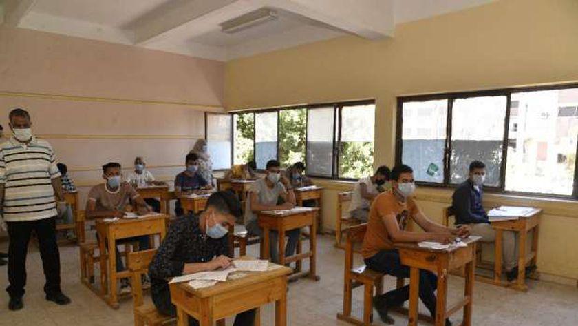 صورة لطلاب الدبلومات الفنية أثناء أحد الامتحانات