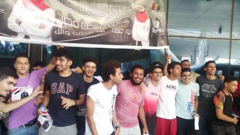 مواطنون يحتفلون بأبطال مصر في مطار القاهرة