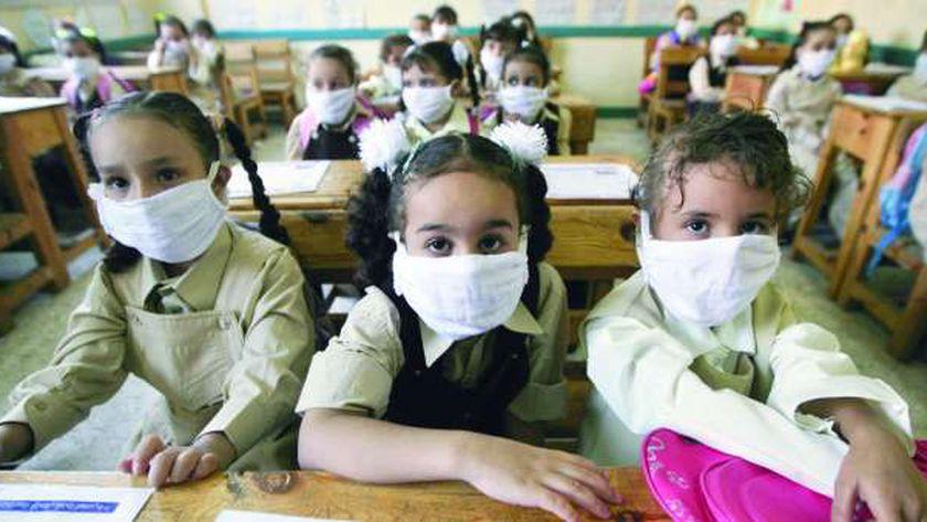 طالبات يرتدين كمامة.. صورة أرشيفية