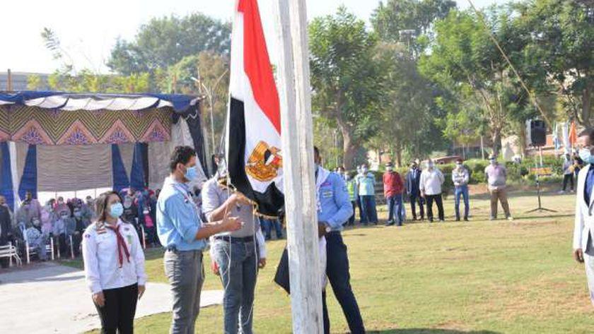 طلاب جامعة أسيوط يبدءون عام دراسي جديد بمراسم تحية العلم وسط إجراءات إحترازية مشددة