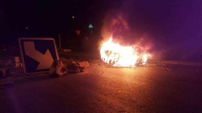 غلق الطريق الرئيسي وإضرام النار في سبيطلة التونسية..وقوات الأمن ترد