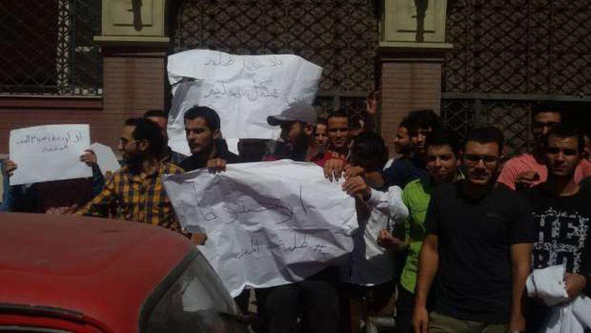 """طلاب المدن الجامعية في الإسكندرية يحتجون على قرار الزيادة لـ 350 جنيه شهرياً ويرفعون لافتات """"إرحمونا"""""""