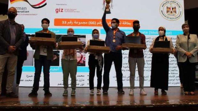 الطلاب الفائزون بالمركز الأول يتسلمون الجوائز