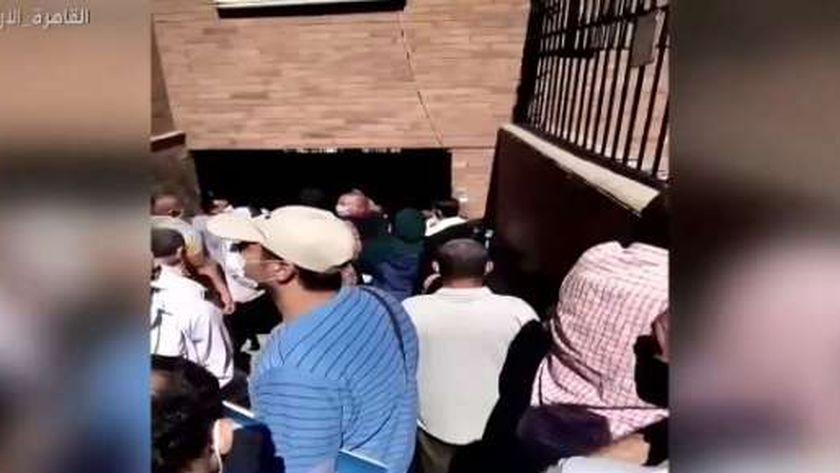 زحام حول مستشفى حميات امبابة