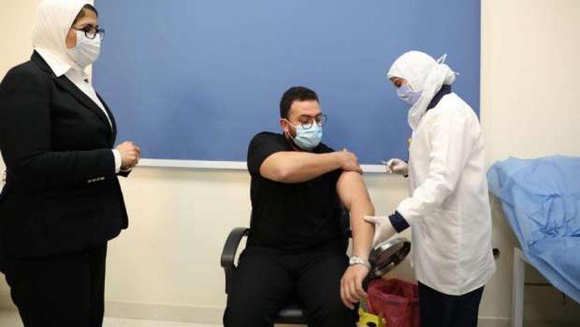 «زايد» تشهد فعاليات تلقي أول جرعات لقاح كورونا للأطقم الطبية (صور)